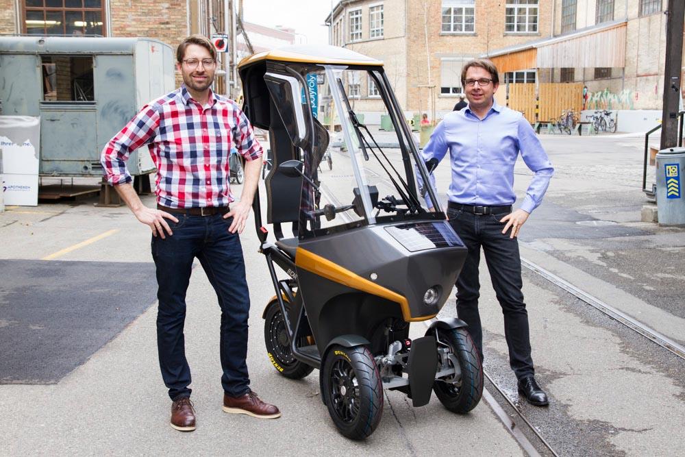 Der BICAR zusammen mit seinen beiden Erfindern, Hans-Jörg Dennig (links) und Adrian Burri (rechts) © Share your BICAR AG